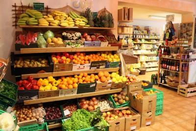 Das Obst und Gemüse wird zum grössten Teil regional zugeliefert, das heisst, es kommt aus den Nachbardörfern von Bioland Betrieben, oder aus Schleswig- Holstein.
